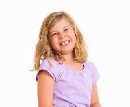 glückliches Mädchen lächelnd vor weißem Hintergrund Standard-Bild