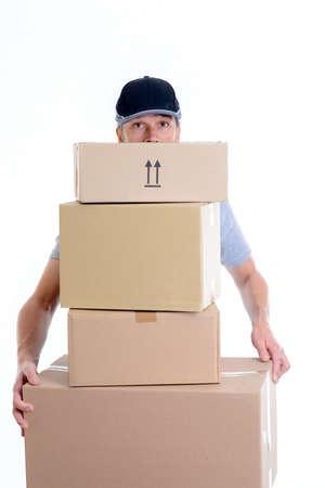 Überbelasteter Briefträger mit Paketen vor weißem Hintergrund