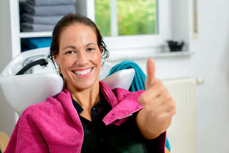 beautiful woman with thumb up in  barber shop Banque d'images