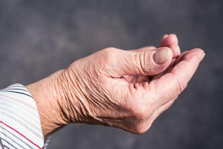 Offene Hände der älteren Frau vor dunklem Hintergrund Standard-Bild - 95468513