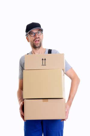 überforderter Postbote mit Paketen vor weißem Hintergrund Standard-Bild
