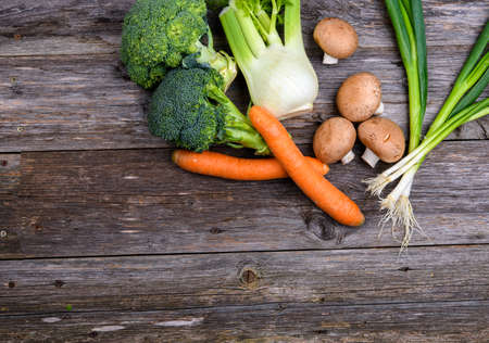 green broccoli, spring onions, fennel,mushrooms, and carrots on wooden board 版權商用圖片