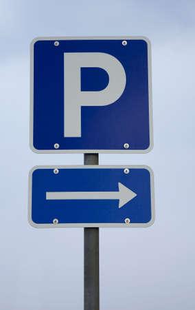 se�al parking: Dan�s signo de aparcamiento con una flecha debajo Foto de archivo
