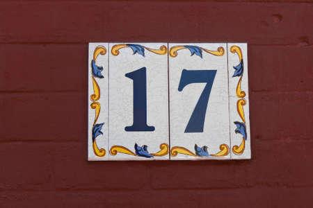 17: Casa n�mero 17 en una pared de madera roja