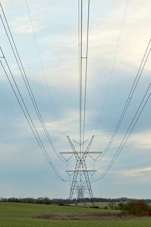 torres el�ctricas: Las torres de energ�a en el campo justo antes del atardecer Foto de archivo