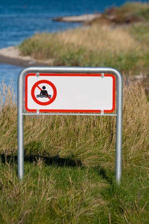 prohibido: Primer en la natación muestra prohibida. espacio de la copia