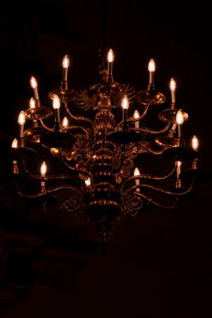 Primer plano de una lámpara de la iglesia con fondo negro Foto de archivo - 90241253