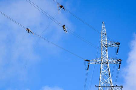 torres el�ctricas: Trabajando en torres de alta tensi�n.