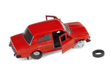 broken car: Modelo compacto de un veh�culo defectuoso sobre un fondo blanco
