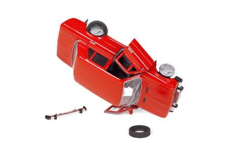 carritos de juguete: Modelo compacto de un veh�culo defectuoso en un fondo blanco Foto de archivo