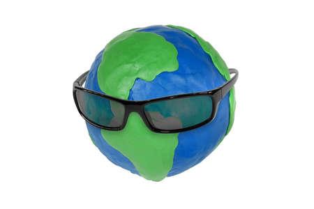 elementos de protección personal: Gafas de sol y el mundo de plastilina en el fondo blanco