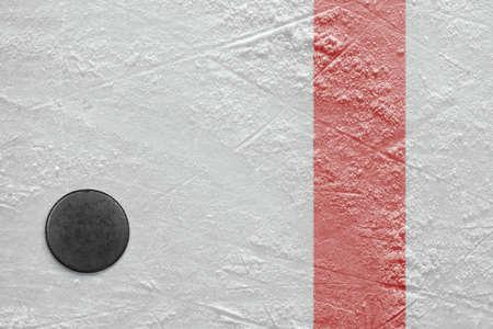 Puck liegt auf einem Eishockeystadion Textur, Hintergrund Standard-Bild - 22411028