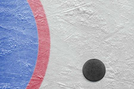 hockey sobre hielo: El disco acostado en una pista de hockey. Textura, fondo
