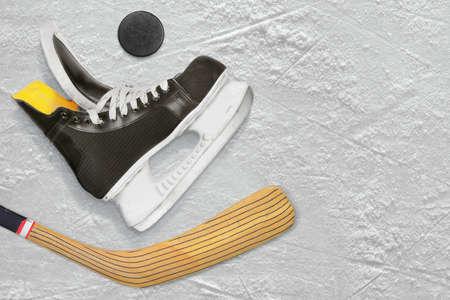 hockey sobre hielo: Hockey patines, palo y puck en el hielo. Textura, fondo