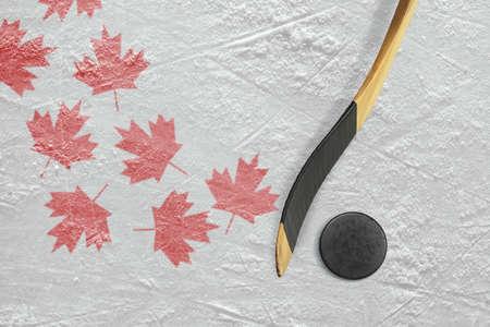 hockey sobre hielo: disco de hockey, palo, y una representaci�n esquem�tica de la bandera canadiense. Concepto