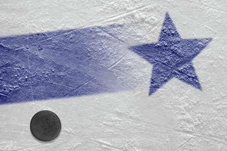 Zeichen- und Hockeyzubehör auf der Eisarena. Konzept, Hockey, Hintergrund, Hintergrundbild