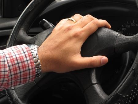 cuernos: Las manos del conductor tocando el claxon