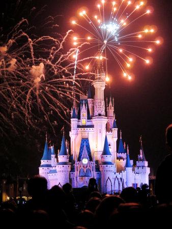 Los deseos famosos nocturna espectaculares fuegos artificiales en el Reino castillo de Disney Magic en Orlando, Florida, en Febrero 7 de 2015 Foto de archivo - 61308868