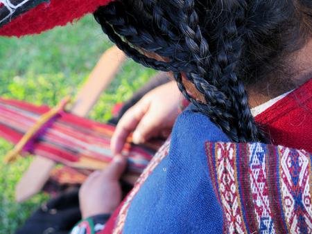 本格的なドレスの糸を手で回転でペルー女性のクローズ アップ。(ペルー)