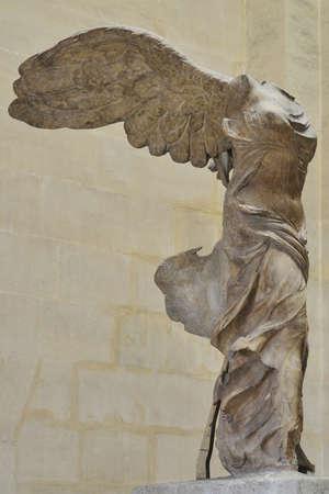 De Gevleugelde Overwinning van Samothrace een van de bekendste oude Griekse standbeelden Stockfoto - 18961891