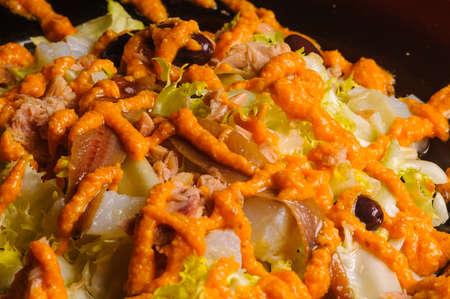escarola: pan rallado con el vinagre, el ajo, el aceite, la sal y la �ora como ingrediente caracter�stico. Esta salsa acompa�a a una ensalada de escarola con anchoas, El xat� o Chato es una salsa de almendras y avellanas tostadas, at�n y bacalao