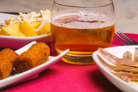 combines: the tapas are small portions of food varied. They often share the tapa with others. It combines with beer