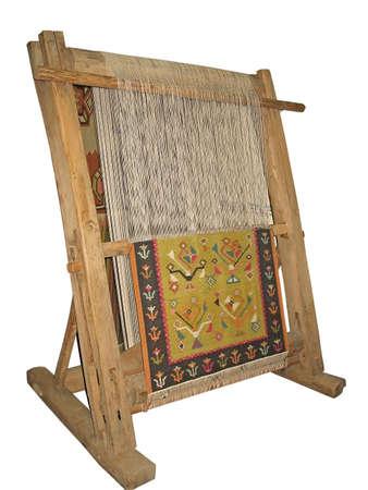 白い背景の上に孤立した昔ながらの木製織機