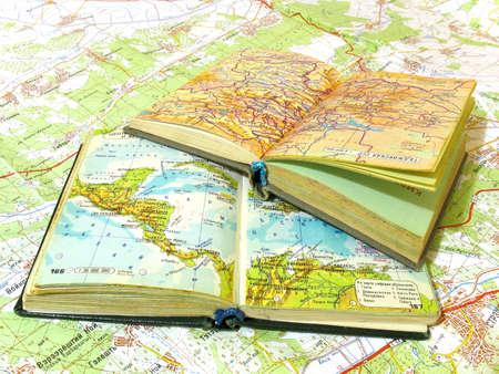 Twee open oude atlas boek op de kaart verspreiding