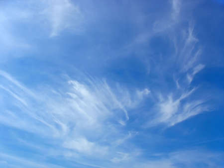 Zomer blauwe hemel en witte hoge cirrus pluizige wolken