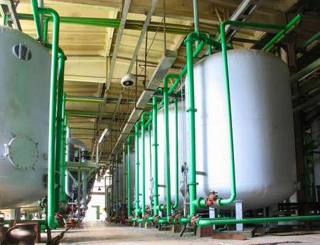 Línea de los tanques de productos químicos industriales en una planta de energía Foto de archivo