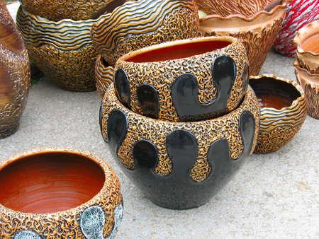 ornated: adornato argilla ceramica modello piatto in un workshop