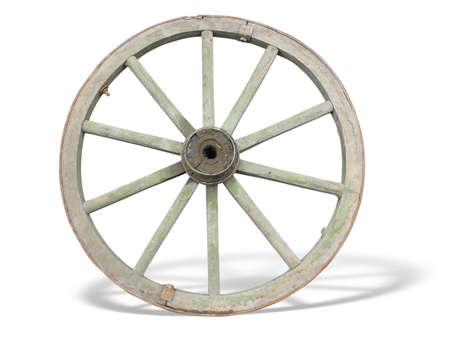 Antieke wagen Wheel gemaakt van hout en ijzer uitgelijnd, geïsoleerd via witte achtergrond Stockfoto