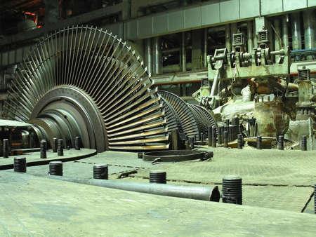 maquina de vapor: Turbinas de vapor de generador de energ�a durante la reparaci�n, maquinaria, tubos, tubos en una planta de energ�a, escena nocturna Foto de archivo