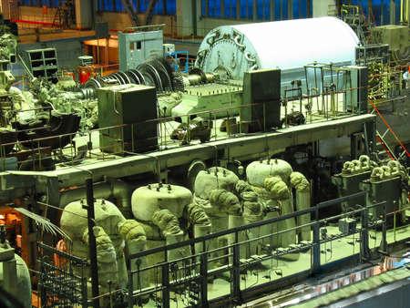 hydroelectric station: Turbina a vapore power generator durante la riparazione, macchinari, tubi, tubi in un impianto di potenza, scena notturna