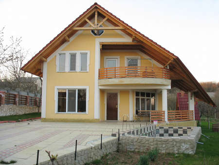 Slechts bouwde nieuwe gezinswoning en klein zwembad in een woonwijk