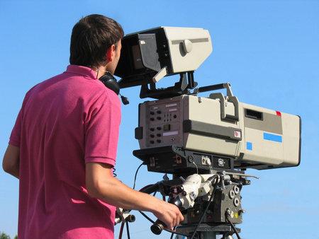 TV Professionele studio digitale videocamera en cameraman over blauwe hemel Redactioneel