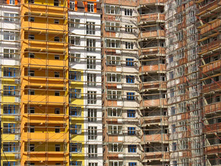 andamios: Fachada de edificio moderno edificio de apartamentos con ventanas y un balcón