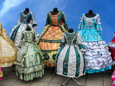 vestido medieval: Colorfull estilizada mujer ropa de época medieval en maniquíes