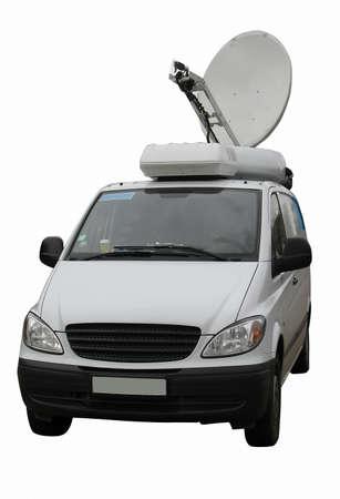 televisie-journalist truck met schotelantenne geà ¯ soleerde over witte achtergrond