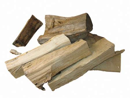 couper du bois au feu de bois isolé sur fond blanc