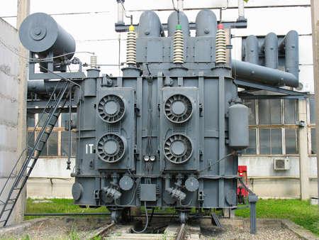 Enorme industriële hoogspanningsstation transformator bij een elektriciteitscentrale