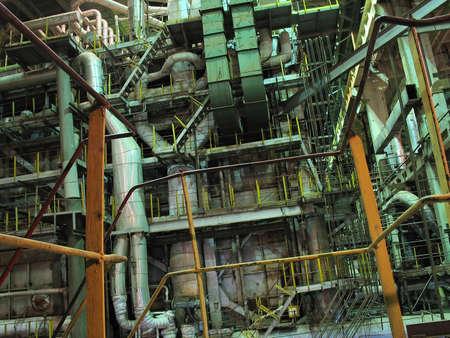 turbina de vapor: vapor para turbinas, tuberías, tubos, en la central eléctrica, escena nocturna Foto de archivo