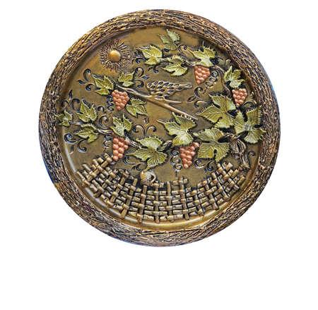 ornated: Piastra decorativa ornated metallica con uva e foglie isolato modello