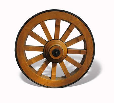 Roue de chariot antique en bois et en fer doublée, isolé sur fond blanc