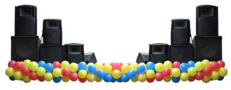 concerto: Potentes altavoces de concierto de audio y globos en el escenario aislado sobre fondo blanco Foto de archivo
