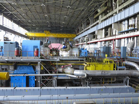 turbina de vapor: Turbina de vapor durante la reparación, maquinaria, tuberías, tubos en una central eléctrica