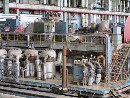 turbina de vapor: Generador de potencia y turbina de vapor durante la reparación de la central