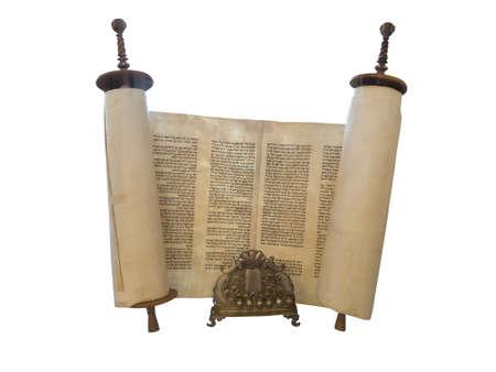De Joodse Torah en een gouden menorah kaars ondersteuning geïsoleerde over wit