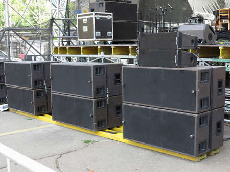 concerto: Antiguo potentes altavoces del audio del concierto, amplificadores, focos, equipo de la etapa