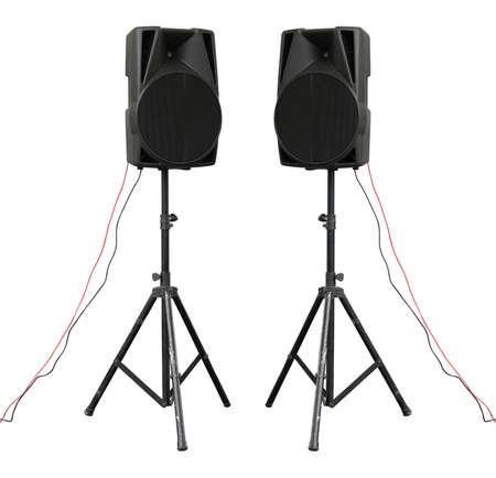 Grote krachtige Audio luidsprekers op statief geïsoleerd op witte achtergrond